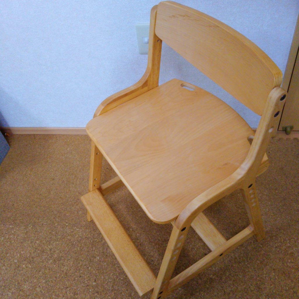 リビング学習の椅子としてISSEIKIのエアリーを組み立て